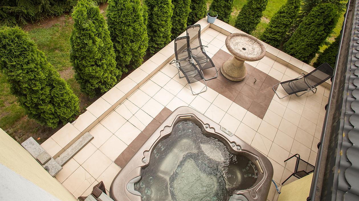 Zewnętrzna i wewnętrzna strefa SPA oraz ogród z ukrytymi altankami i oczkiem wodnym